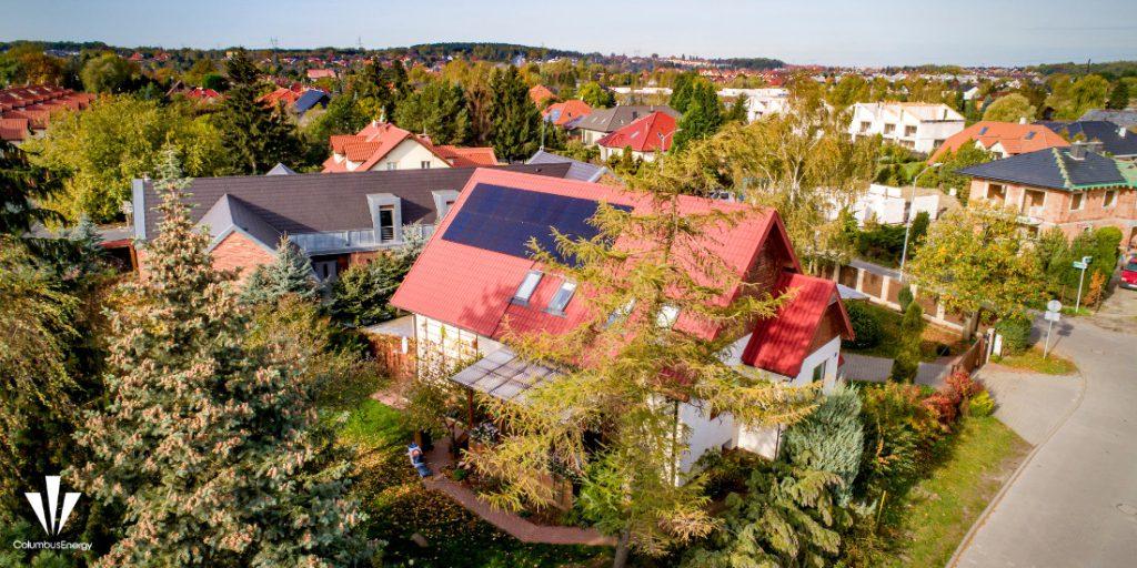 panele fotowoltaiczne na czerwonym dachu w Szczecinie