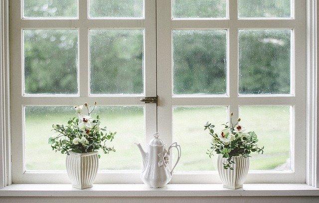 parapet przy okna z dwiema doniczkami